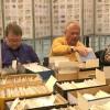 Johnny Pernefors och Kjell Nilson letade i säljarnas lådor.